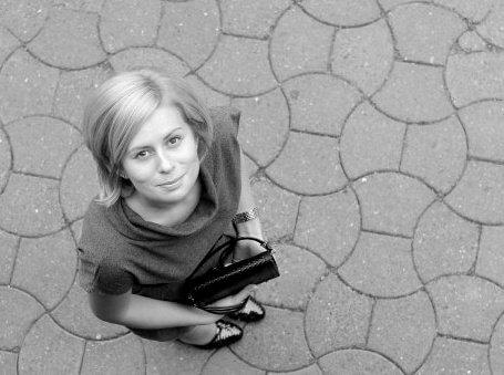 Născută în Sibiu şi crescută pe asfalt, ajunsă dentist cu acte-n regulă și pui de scriitoare-n inima ei.