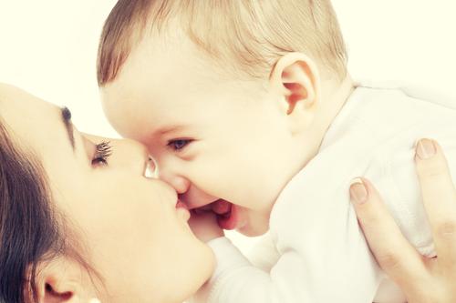 mama fericita cu bebelus