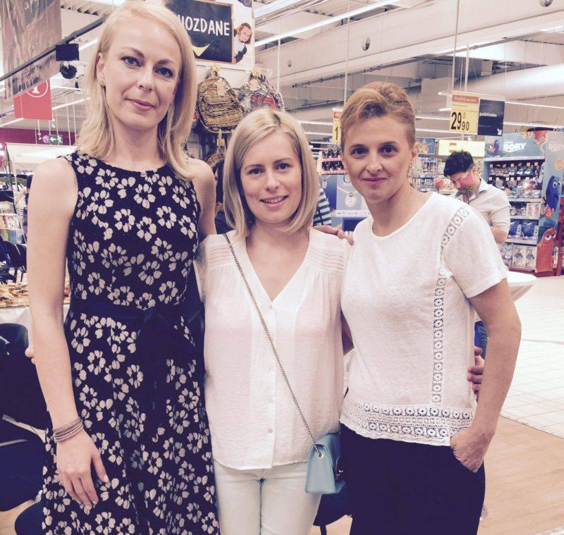 În dreapta, Adriana Iordache, mama Larisei Iordache, campioană mondială la gimnastică, în stânga, Andreea Dascăl, mama înotătoarei Ana Dascăl, iar în centru, Miruna Ioani, mama lui Tudor :)