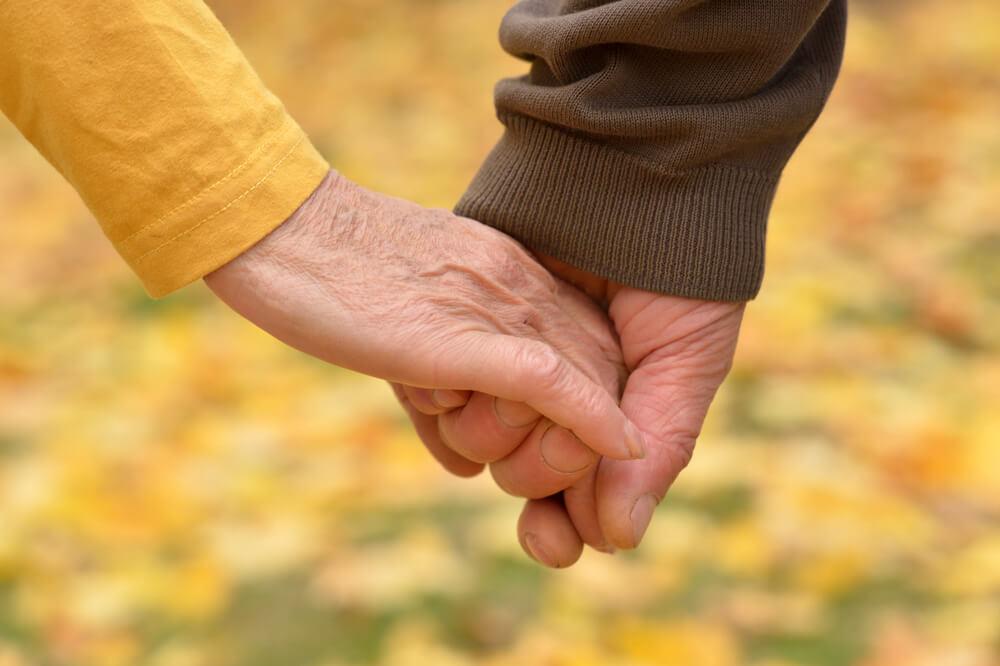 cuplu ținându-se de mână