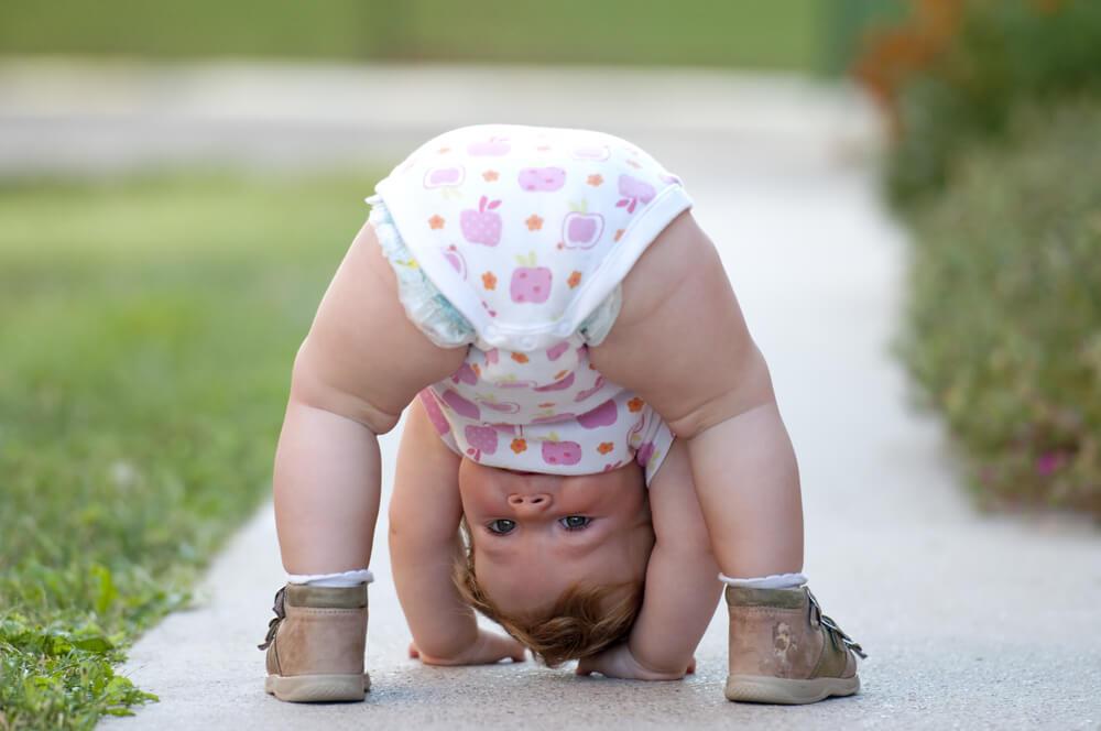 copil fundul in sus