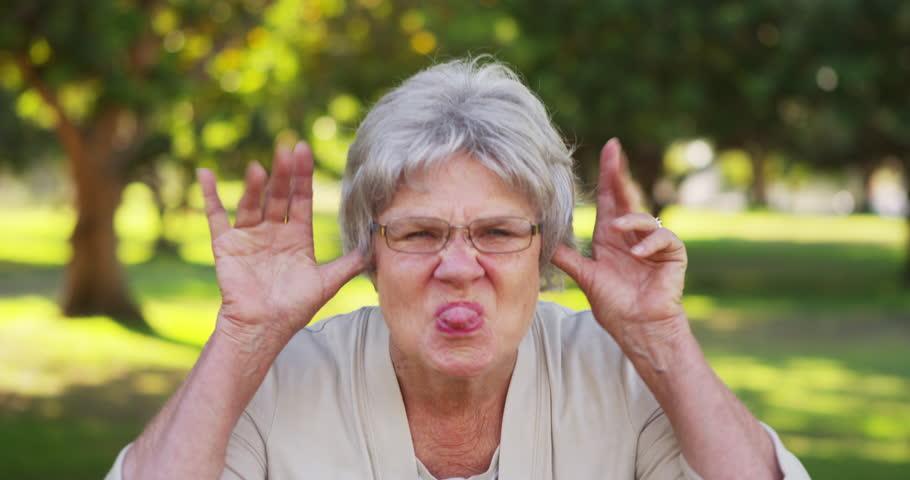 Bunicile nu vin în vizită să dea cu aspiratorul miruna ioani