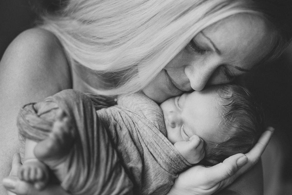 Bebelușul e cel mai fericit în brațe la mama lui, nu în coșulețe, landouri sau balansoare sofisticate