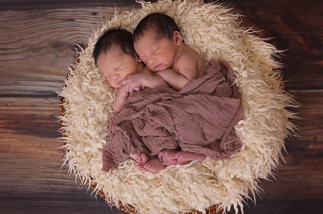 Cum pui bebelușul, din brațe, în pat fără să-l trezești- truc de la un fotograf profesionist miruna ioani