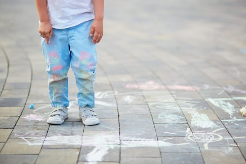 Murdărește-te, transpiră și cazi. Decalogul părintelui care cumpără haine după care nu plânge când se pătează sau rup